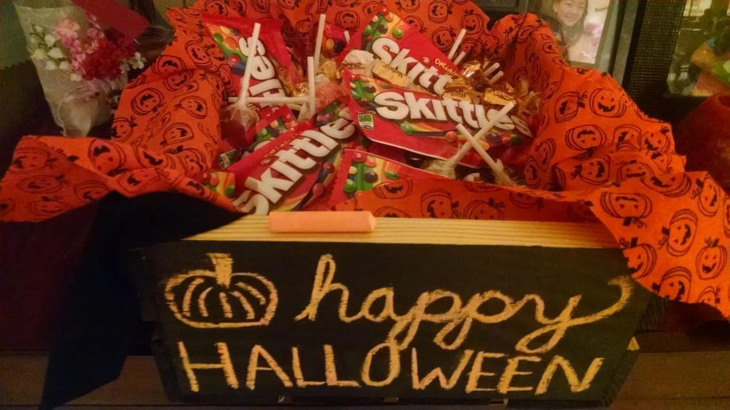 Impress your neighbors with this handy, customizable chalkboard candy crate!